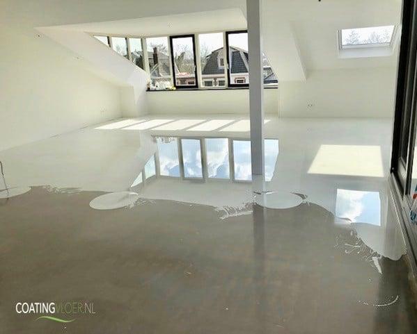 Betonlook gietvloer in een penthouse in Boskoop