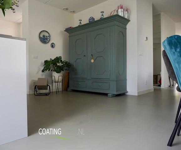Twee kleuren gietvloer in een vrijstaande woning in Diemen
