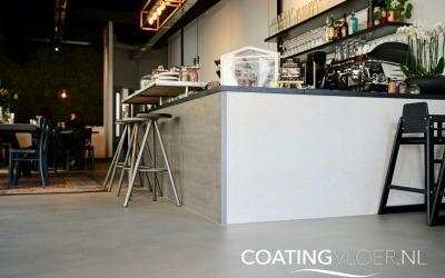 Een betonvloer in een stadscafe in Amstelveen