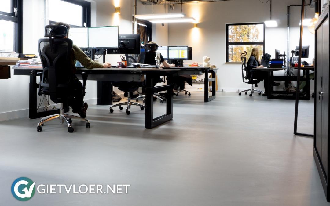 Een gietvloer in een kantoor in Almere