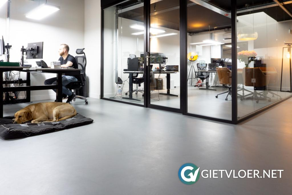 Gietvloer in een kantoor in Almere