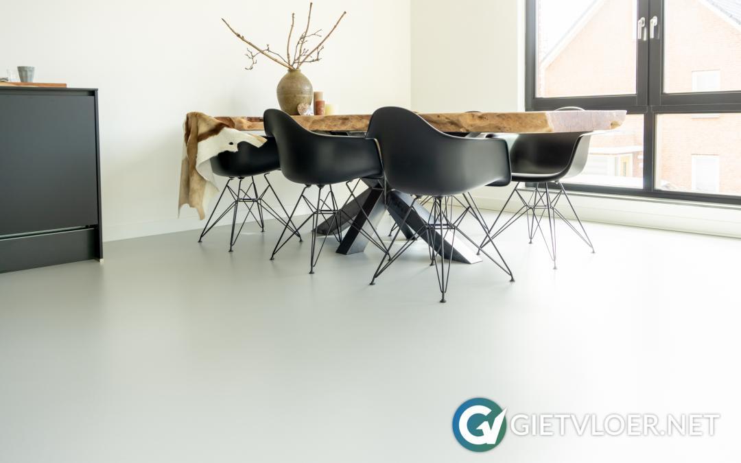 Een grijze gietvloer in een appartement in Beverwijk