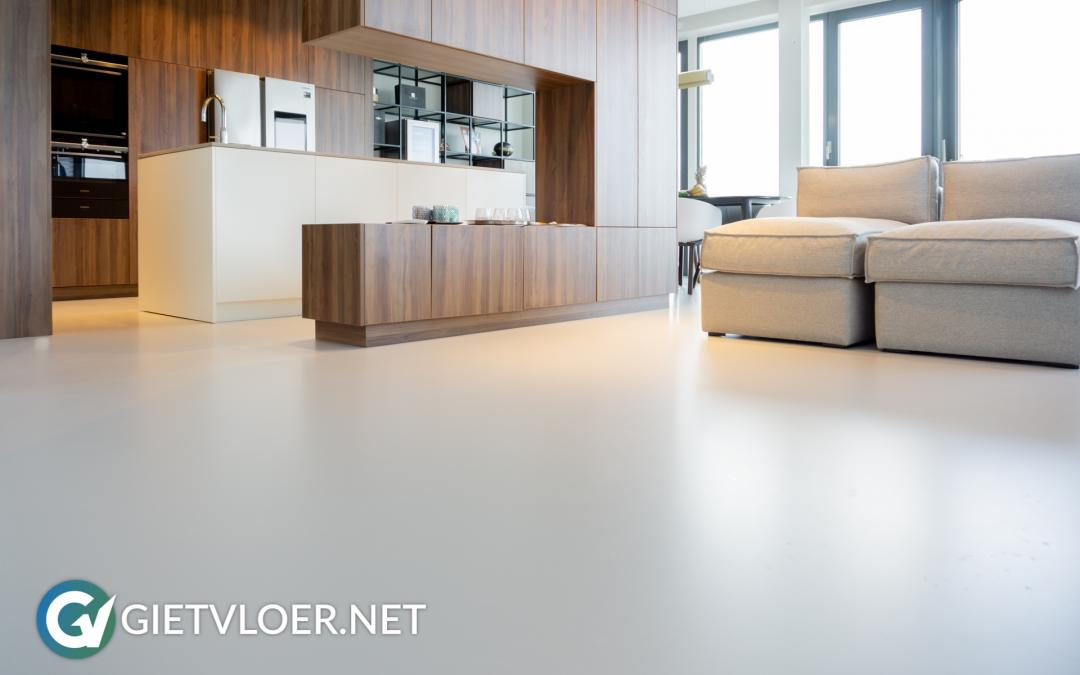 Een gietvloer in een minimalistisch interieur gietvloer