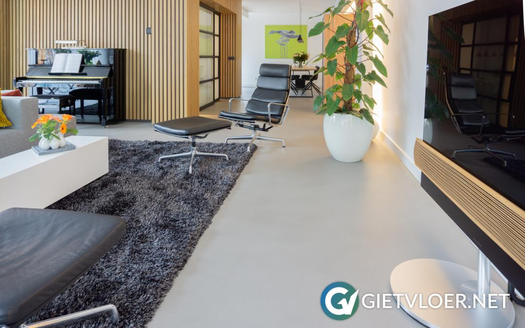 Een grijze betonvloer in een nieuwbouwwoning in Amersfoort