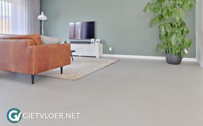Een betonlook gietvloer in een woning in Alphen aan den Rijn