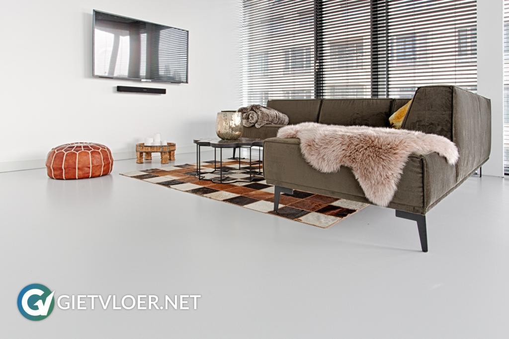 Lichte gietvloer in een appartement in Amsterdam