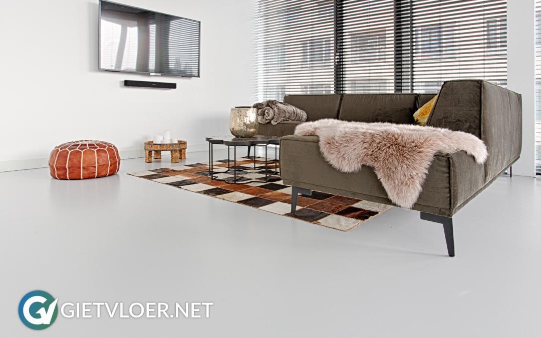 Een lichte gietvloer in een appartement in Amsterdam