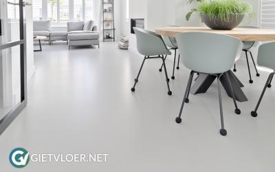 Een grijze gietvloer in een woning in Bunschoten
