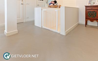 Een groene gietvloer in een appartement in Amsterdam