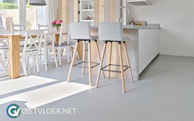 Een betonlook gietvloer in een woning in Maartensdijk