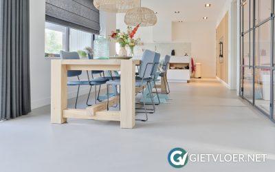 Een gietvloer en een betonvloer in een nieuwbouwwoning Muiden
