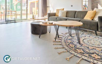 Een gietvloer in een nieuwbouwwoning in Groenhout in Zaandam
