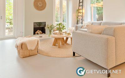 Gietvloer in woonkamer in Almere