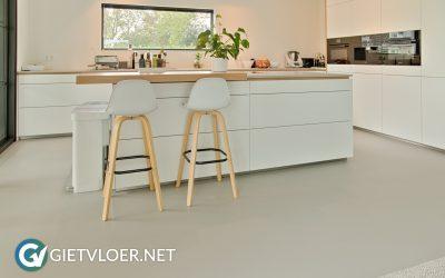 Gietvloer in woonkamer in Utrecht