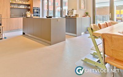 ECO Pure Grey Design Betonvloer met granito black in nieuwbouwwoning